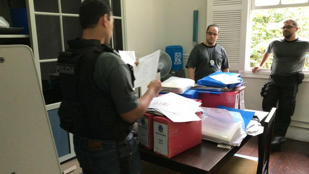 Mandados de busca e apreensA?o sA?o cumpridos em gabinetes da CA?mara (Foto: Maria Valente/ Inter TV)  (Foto: Maria Valente/ Inter TV)