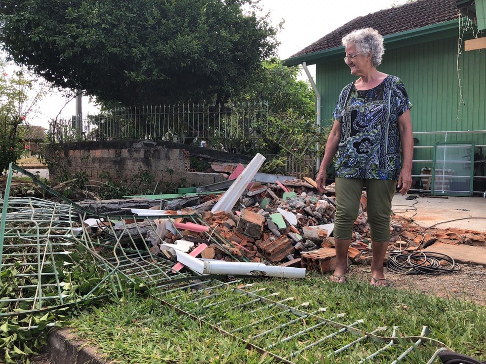 Moradora do local estava sozinha e não se feriu com acidente  — Foto: Joyce Heurich/RBS TV