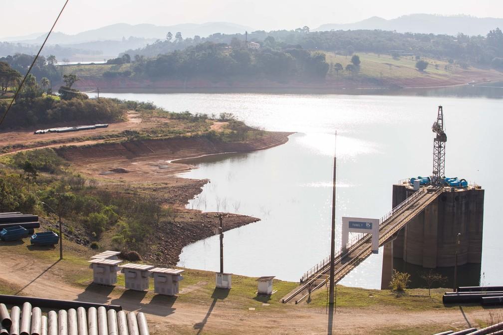 Área próxima ao reservatório do Rio Jacareí, no Sistema Cantareira. Represa que é a principal fornecedora de água para a região metropolitana de São Paulo voltou a atingir nível crítico — Foto:TIAGO QUEIROZ/ESTADÃO CONTEÚDO
