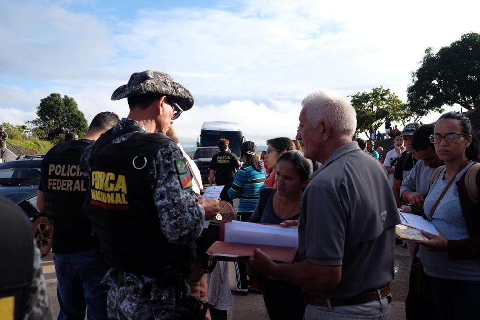 Venezuelanos apresentam documentação para tentar entrar no país; aqueles que cruzariam a fronteira pela primeira vez são impedidos de entrar (Foto: Inaê Brandão/G1 RR)