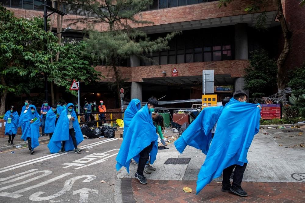 Manifestantes permanecem entrincheirados na Universidade Politécnica de Hong Kong