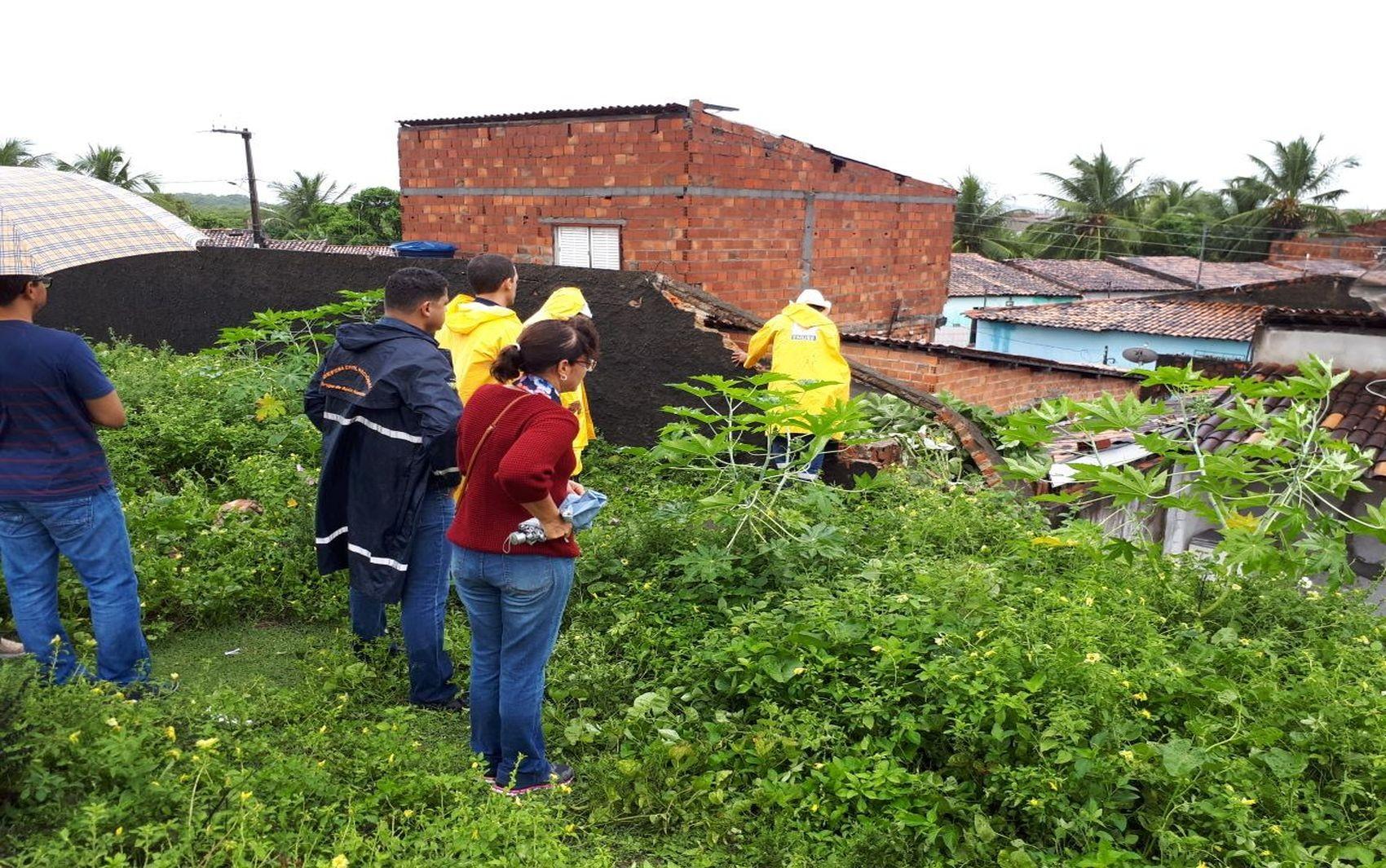 Parte de muro de creche desaba e acerta casas na Zona Norte de Aracaju