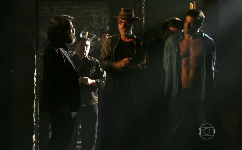 Dom Rafael (Cesar Troncoso) coloca Cassiano (Henri Castelli) e Duque (Jean Pierre Noher) em uma cela pior, em 'Flor do Caribe' — Foto: Globo