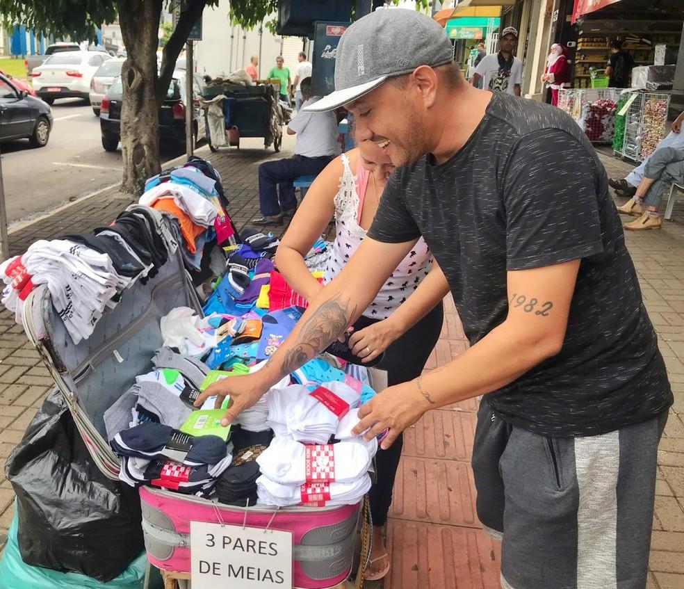 """Com 3 pares de meia a R$5, Paulo diz que é possível """"fazer um dinheirinho no final do dia"""" — Foto: Jaqueline Naujorks/G1MS"""