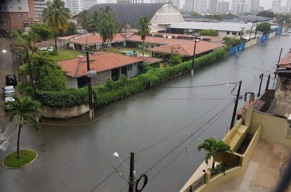 Rua Mipibu, no bairro Petrópolis, está alagada (Foto: Diego Dutra)