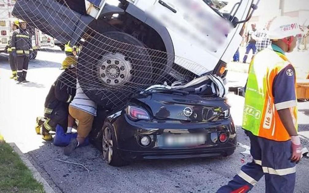 Caminhão que caiu sobre carro na África do Sul; motorista havia estacionado o veículo, mas ele desceu desgovernado por um morro — Foto: Netcare911/BBC