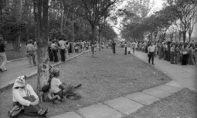 Multidão aguarda vacinação no Instituto Butantã, em São Paulo, em setembro de 1974