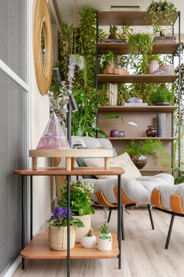 Toque verde: 10 varandals com prateleiras com plantas (Foto: Lília Mendel)