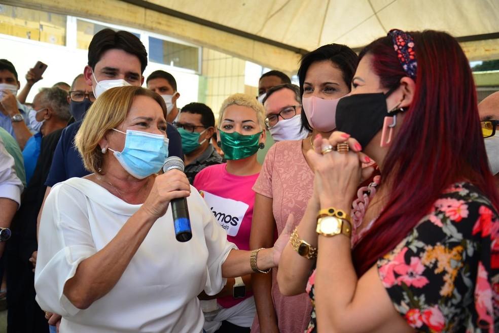 Prefeita de Camaragibe, Nadegi Queiroz (Republicanos), se aglomerou em meio à inauguração de centro médico na sexta-feira (10) — Foto: Victor Patrício/prefeitura de Camaragibe/Divulgação