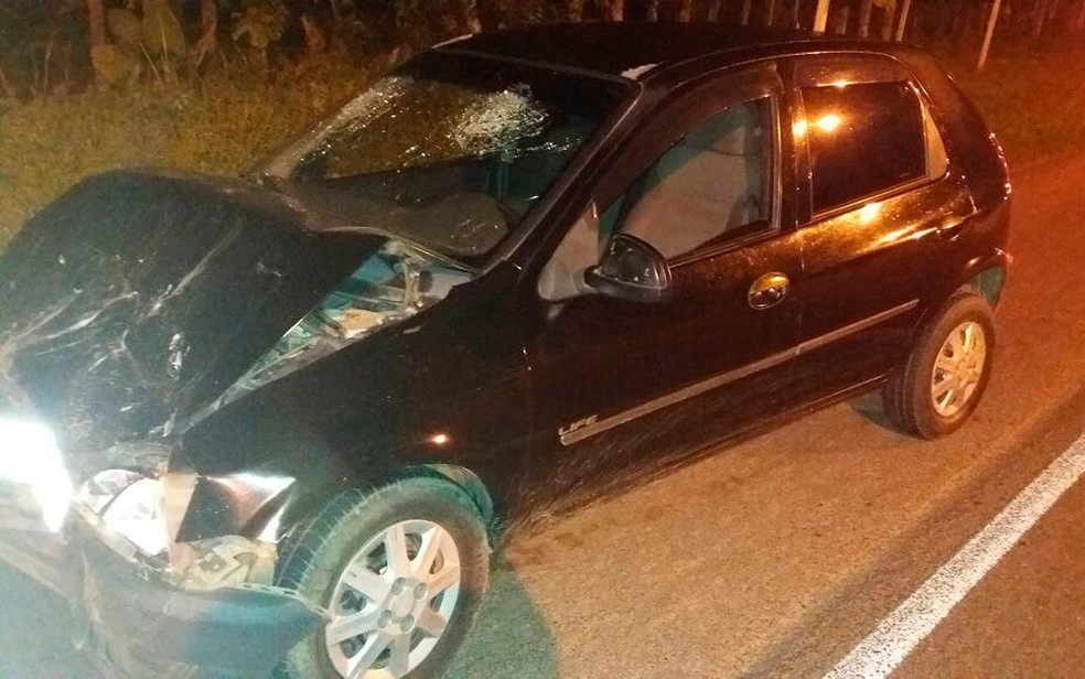 Carro bateu no fundo do veículo em que Karine estava. O motorista fugiu (Foto: PRF/ Divulgação)
