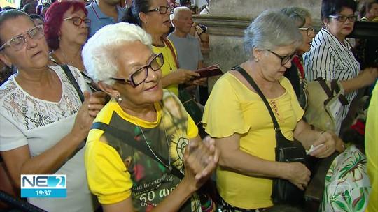 Fiéis prestam homenagem à Nossa Senhora do Carmo na véspera do dia da padroeira do Recife