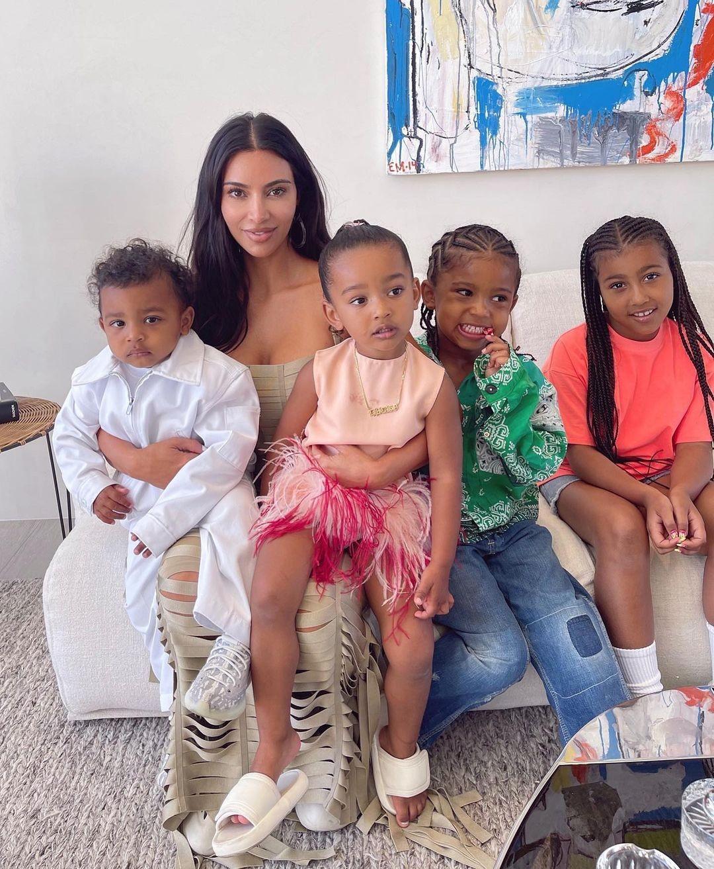 Kim Kardashian é mãe de North, de 7 anos, Saint, de 5 anos, Chicago de 2 anos, e Psalm, de 1 ano (Foto: Instagram)