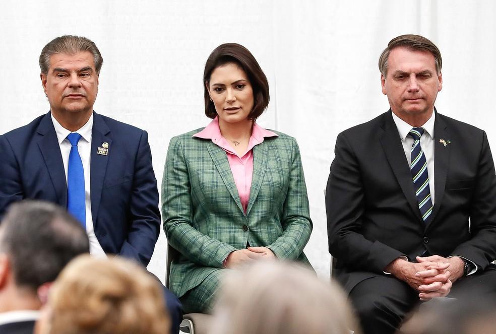 Senador Nelsinho Trad (PSD-MS) ao lado da primeira-dama Michelle Bolsonaro e do presidente, Jair Bolsonaro, na Florida, no EUA. — Foto: Alan Santos/Presidência da República