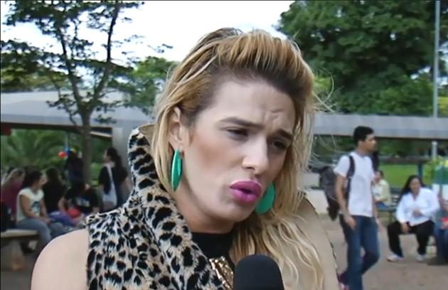 Glamour, que estudou Artes Cênicas na Universidade Estadual de Londrina (UEL), tornou-se um símbolo da luta contra o preconceito na universidade. Em 2009, ela mobilizou uma série de manifestações depois de ter sido vítima de um ataque homofóbico (Foto: Reprodução/YouTube)