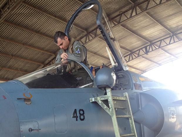O capitão  Augusto Ramalho, de 33 anos, fez a última hora de voo do avião que desde 2004 protegia o espaço aéreo do país,  (Foto: Tahiane Stochero/G1)