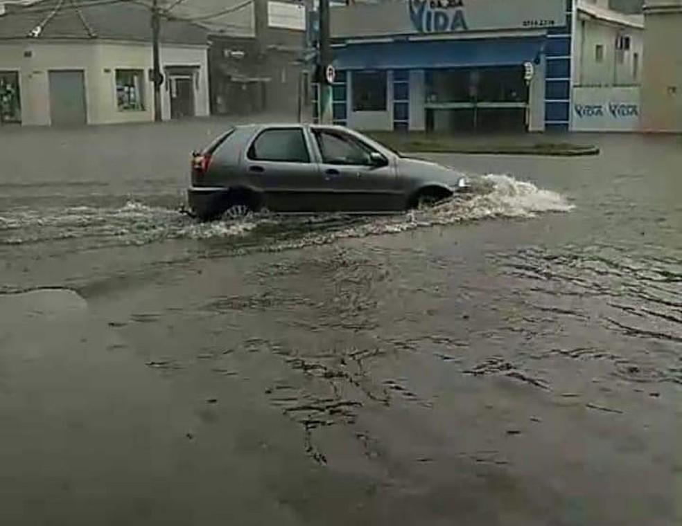Rua José Joaquim Esteves, em Cerqueira César, alagou após chuva neste domingo (3) — Foto: Arquivo Pessoal