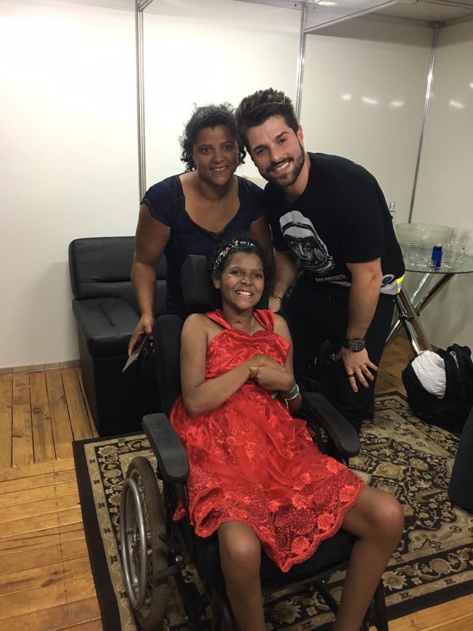 Menina que perdeu os movimentos do corpo aos 10 anos realiza sonho e conhece DJ Alok; veja o encontro - Notícias - Plantão Diário