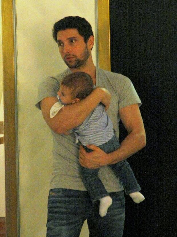 Leonardo Carvalho e o filho  (Foto: J HUMBERTO / AGNEWS)