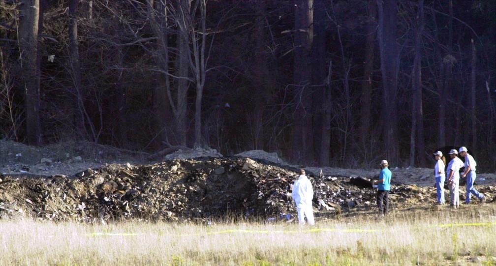 Equipe de emergência trabalha no local da queda do voo 93 da United Airlines em Shanksville, na Pensilvânia. Passageiros lutaram contra os terroristas, e o avião foi jogado no solo a 20 minutos da capital — Foto: Keith Srakocic/AP/Arquivo