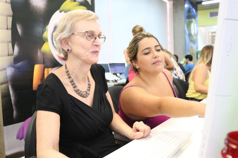 Monika, de 70 anos, é treinada por funcionária mais jovem após ser contratada como atendente do Reclame Aqui. — Foto: Reclame Aqui/Divulgação