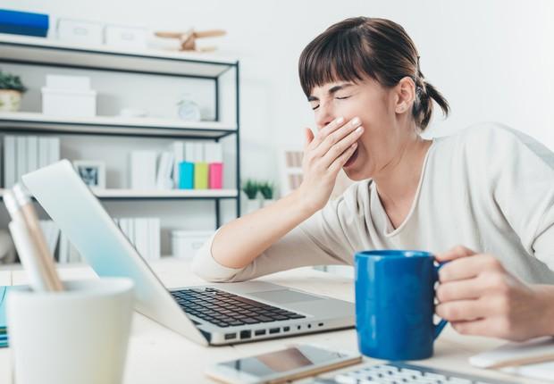 Mulher boceja no escritório ; tédio ; entediado ; cansaço ; falta de foco ; falta de motivação ; desmotivado ;  (Foto: Thinkstock)