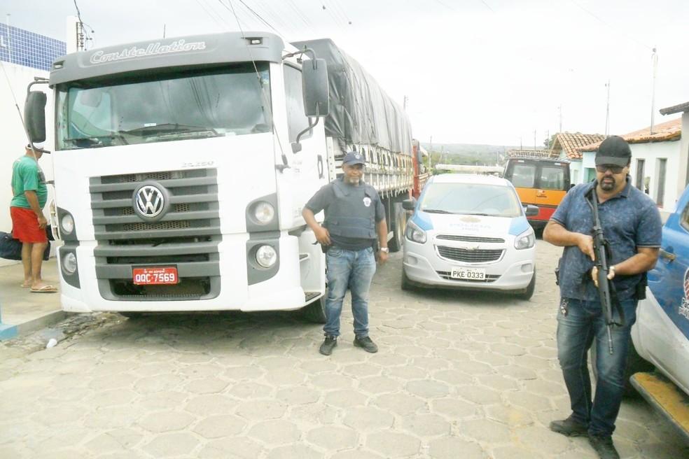 Dois caminhões e cargas roubadas foram recuperados na sexta-feira (23) — Foto: Divulgação / Polícia Civil