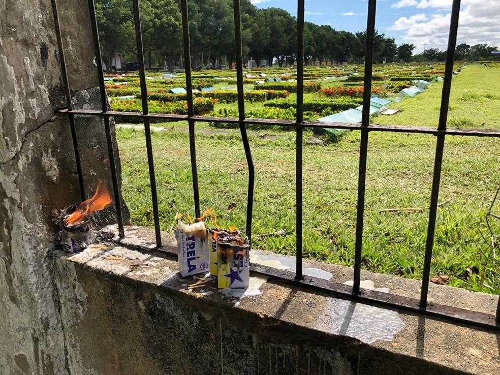 Com vistação aos cemitérias suspensas, homenagens foram feiras à distância em Manaus no Dia dos Finados — Foto: Rebeca Beatriz/G1 AM