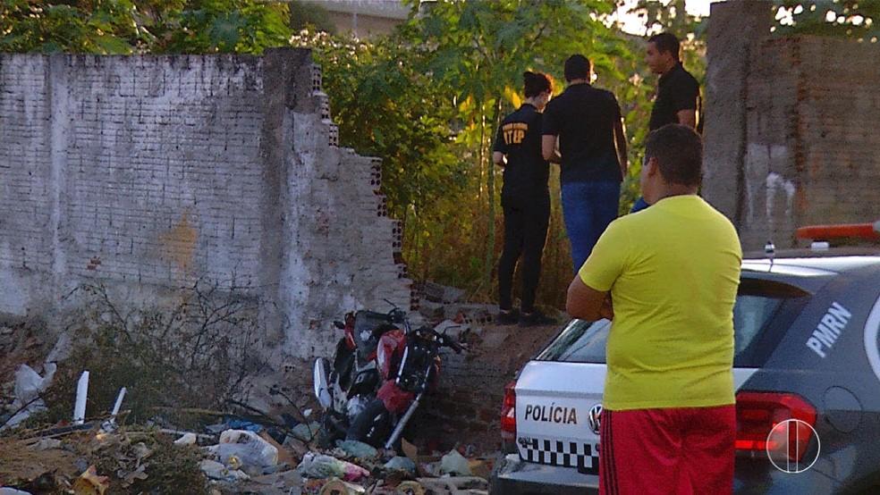 Homem foi baleado enquanto pilotava moto e bateu contra muro, em Natal — Foto: Reprodução/Inter TV Cabugi