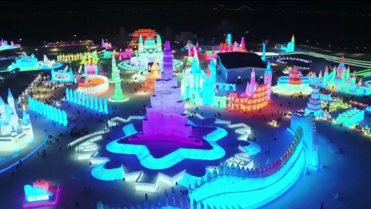 China abre festival com torneio de natação em águas congelantes e esculturas de gelo