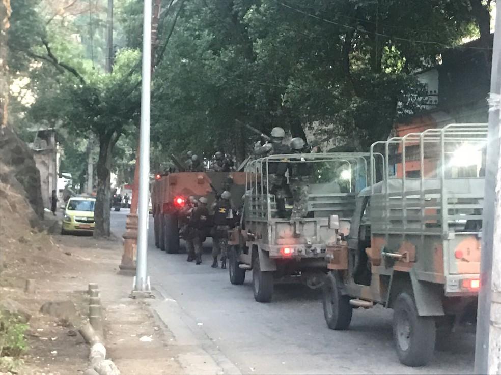 Militares na região do Morro dos Macacos, na Zona Norte do Rio. (Foto: Luciano Cabral/ GloboNews)