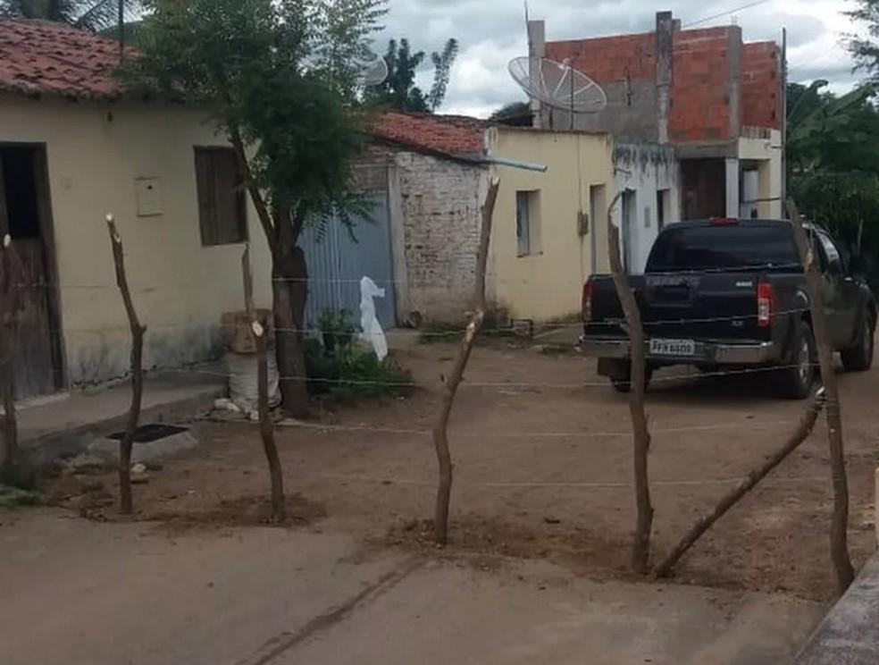 Morador de Santana do Cariri, no Ceará, faz cerca na rua para impedir circulação de pessoas, temendo proliferação do coronavírus na região. — Foto: Arquivo pessoal