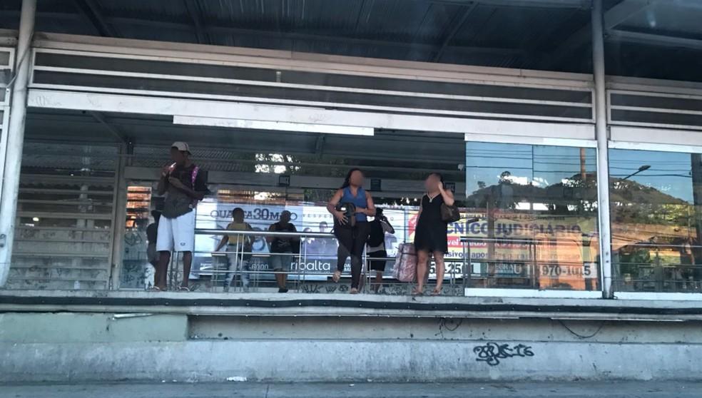 Estação do BRT Transcarioca está sem algumas das portas de vidro (Foto: Yasmim Restum/ G1)