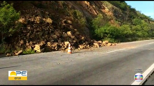 Deslizamento de pedras bloqueia parcialmente faixa da BR-232, na Serra das Russas