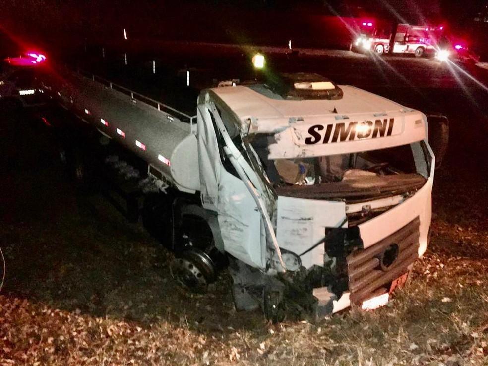 Veículos foram jogados na lateral da pista após batida em Lins — Foto: Willian Abdalla/Divulgação