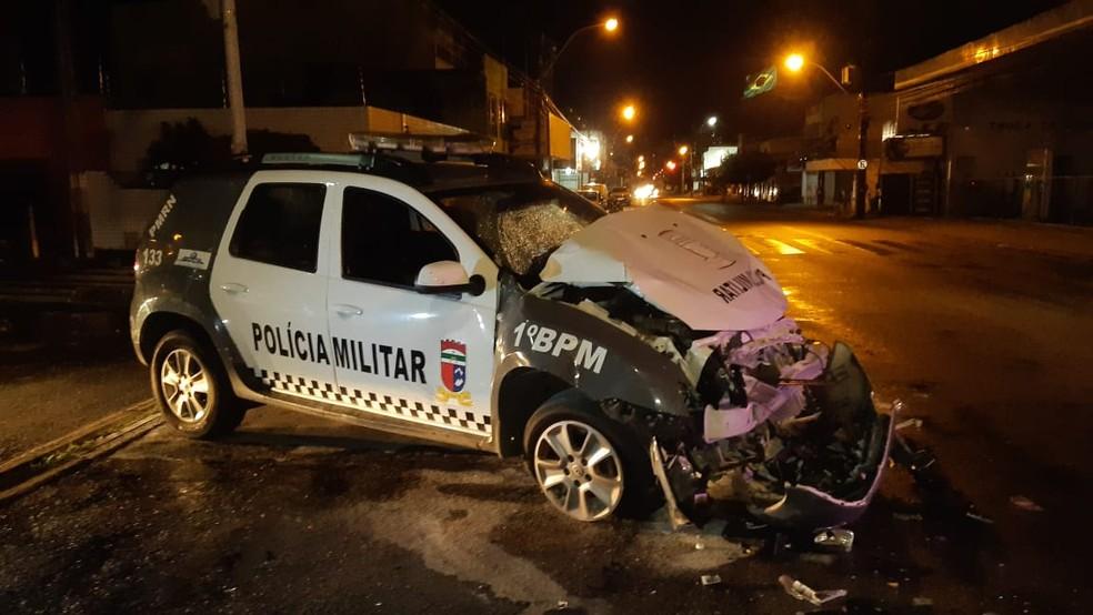 Carro da PM ficou com frente destruída após bater em ônibus durante perseguição policial em Natal — Foto: Sérgio Henrique Santos/Inter TV Cabugi