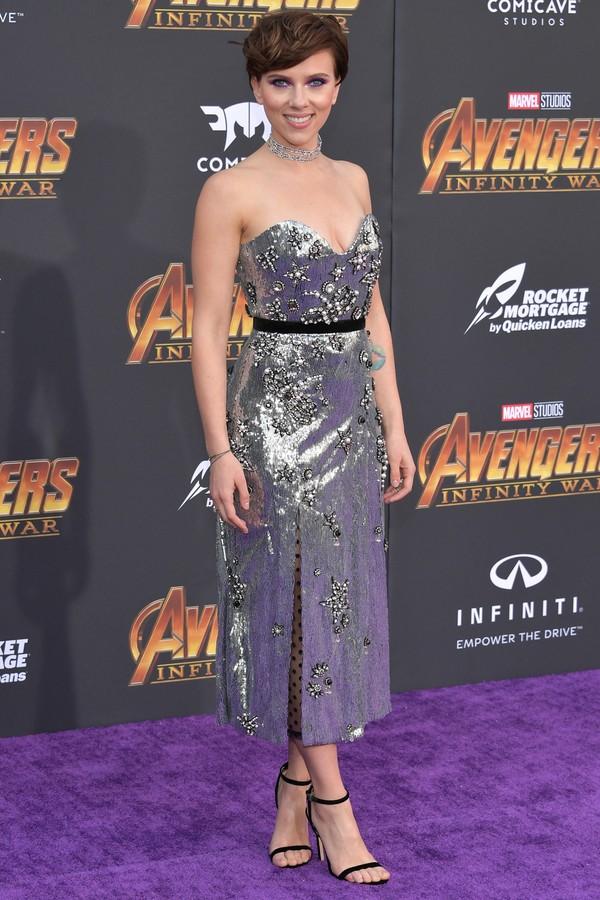 Scarlett Johansson, de Erdem, e a tendência do look bem carregado no brilho, combinou o vestido de paetês prateados com coleira de diamantes Messika. (Foto: Getty Images)