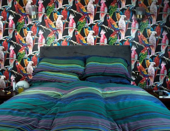 O quarto de Adams é decorado com papel de parede com desenho de pássaros (Foto: Miisha Nash)