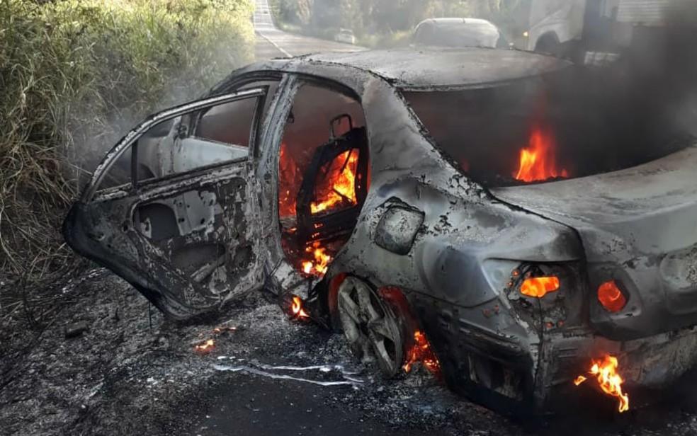 Veículos incendiaram logo após colisão na BR-101 — Foto: Divulgação/Polícia Militar
