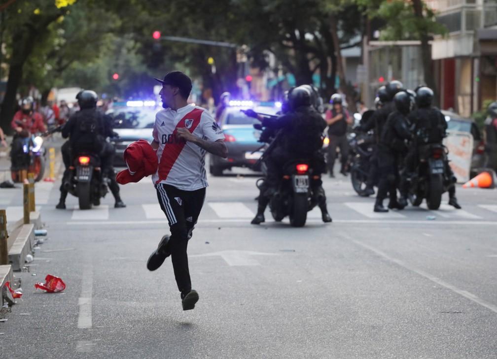 Após adiamento da final da Libertadores, houve distúrbios entre torcedores do River Plate e policiais no entorno do Monumental de Nuñez — Foto: Alberto Raggio/Reuters