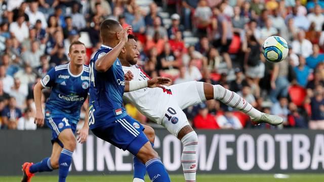 Neymar acerta um voleio (ou seria uma puxeta) e faz golaço para o PSG