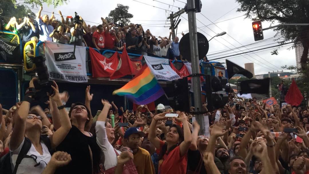 Apoiadores acenam para Lula, que estava na janela do prédio do sindicato