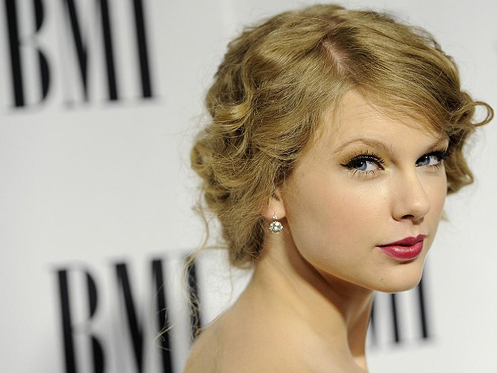 A cantora Taylor Swift chega à 58ª edição do prêmio BMI Pop Awards, realizada na última terça-feira (18), em Beverly Hills, na Califórnia.  (Foto: Reuters)