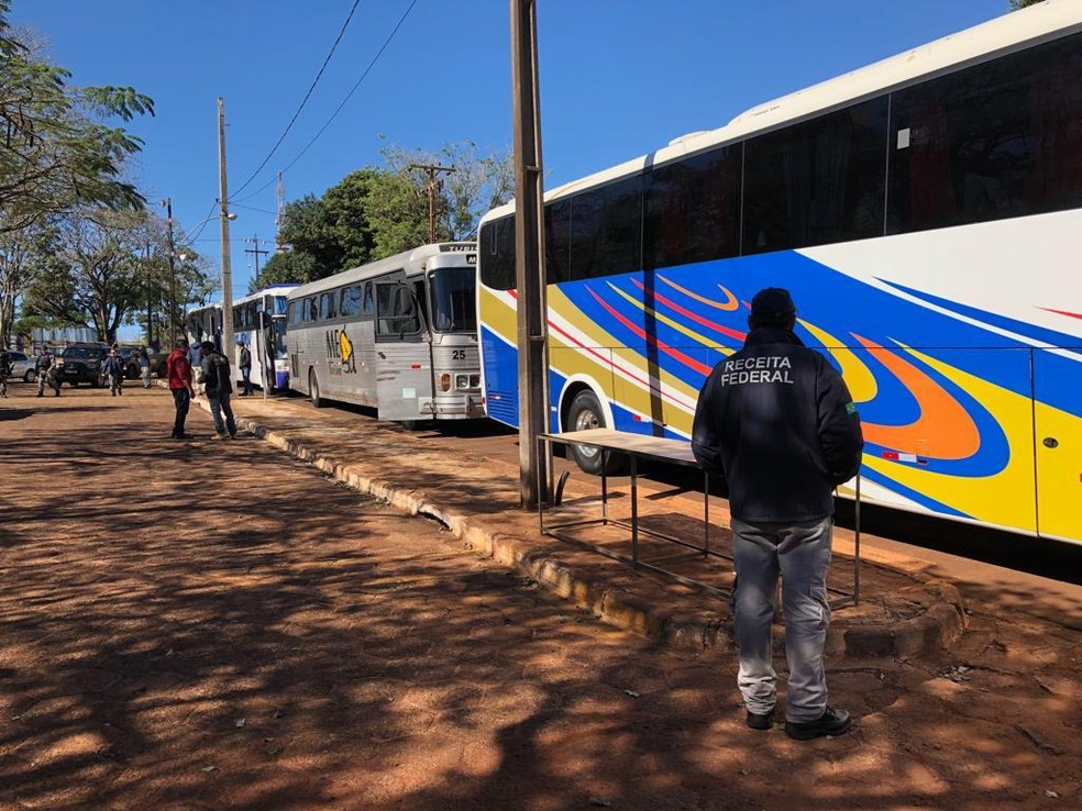 Em um dia de operação foram retidos 19 ônibus de turismo carregados com mercadorias contrabandeadas — Foto: Receita Federal/Divulgação