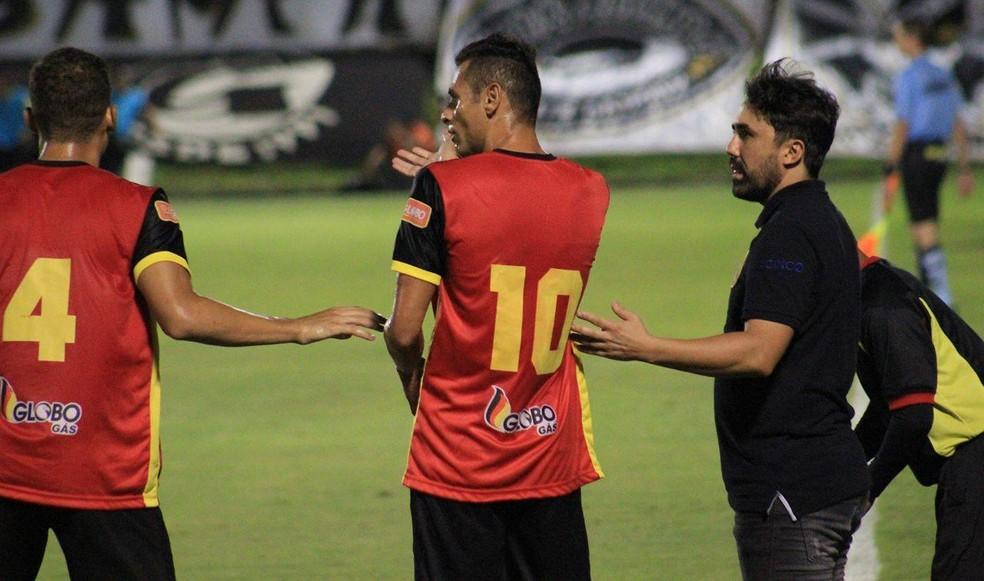 Luizinho Lopes se mostra preocupado com lesão de Tiago Lima (com a camisa 10) (Foto: Fabiano de Oliveira/GloboEsporte.com)