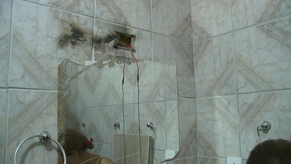 Após ser atingida por raio, equipamento eletrônicos queimaram em casa na cidade de Sousa, na Paraíba — Foto: Beto Silva/TV Paraíba
