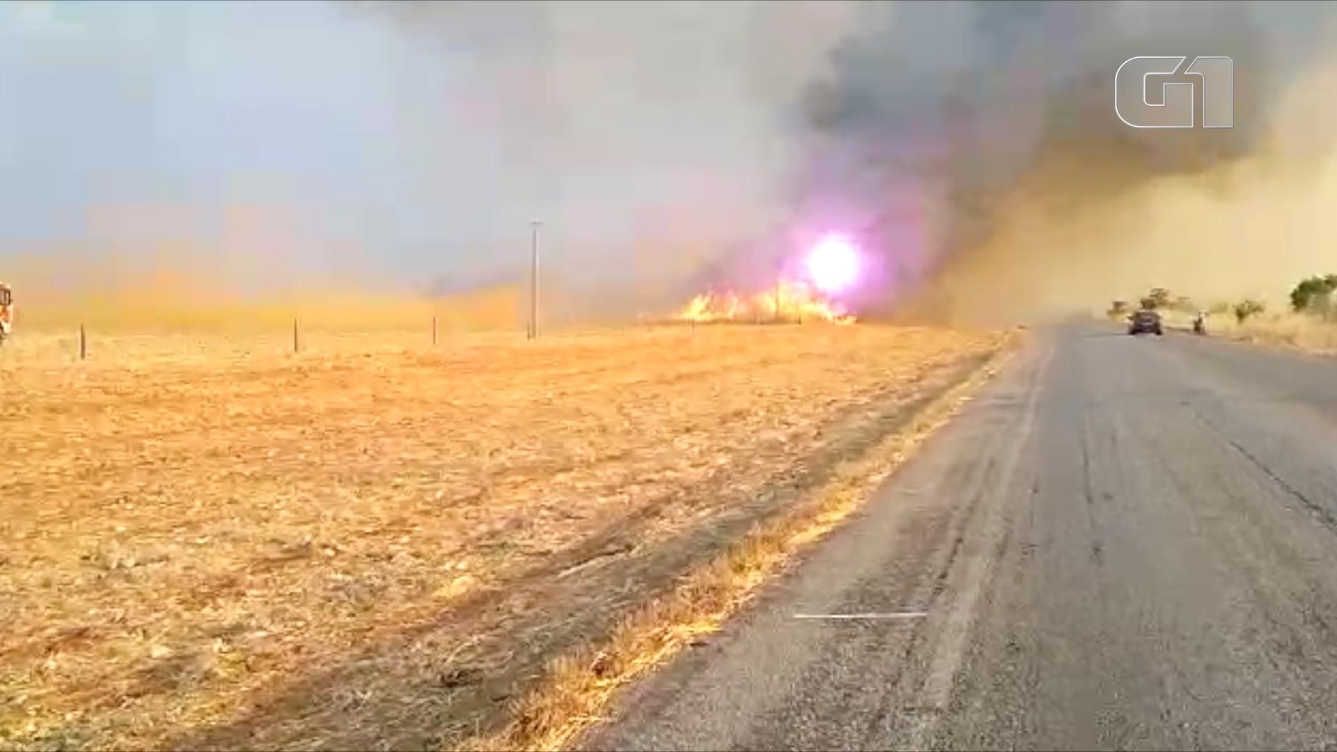 Vídeo mostra explosão em rede elétrica atingida por queimada nas margens de rodovia - Notícias - Plantão Diário