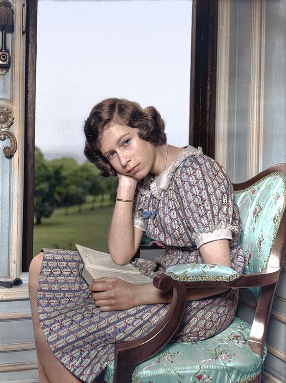 A futura rainha Elizabeth II (Foto: COLORIZADAS POR MARINA AMARAL)