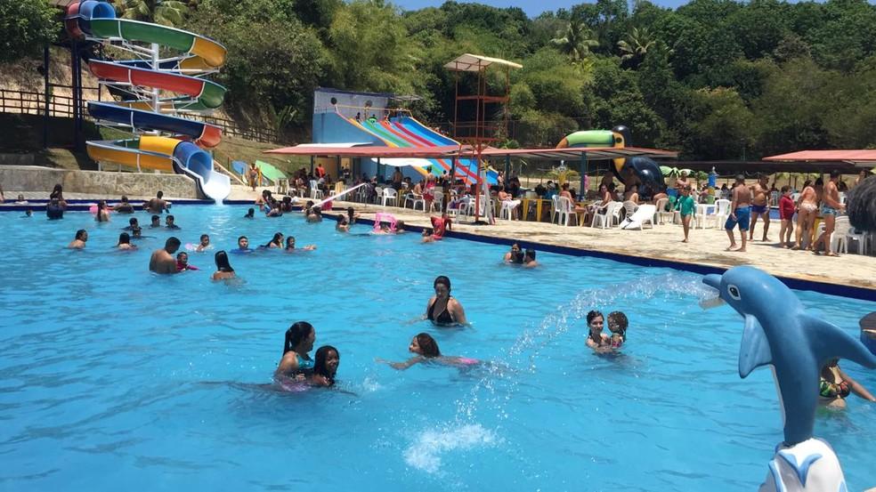 Famílias aproveitam o feriado de 12 de outubro em parque aquático em Olinda — Foto: Mônica Silveira/TV Globo