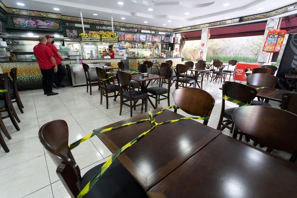 Mesas interditadas para manter distanciamento durante reabertura de bares e restaurantes em SP — Foto: Marcelo Brandt/G1