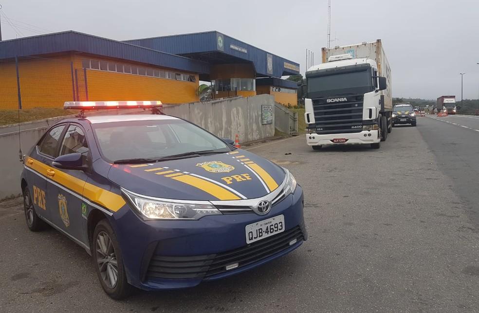 Caminhão foi retido pela Polícia Rodoviária Federal em Cajati, SP (Foto: Divulgação/PRF)